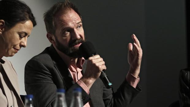 El actor y director Ralph Fiennes durante el encuentro celebrado en Sevilla este viernes