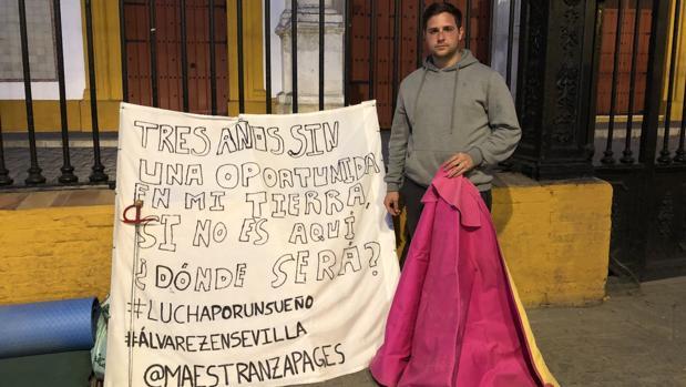 El novillero delante de la Plaza de Toros de Sevilla donde ha acampado