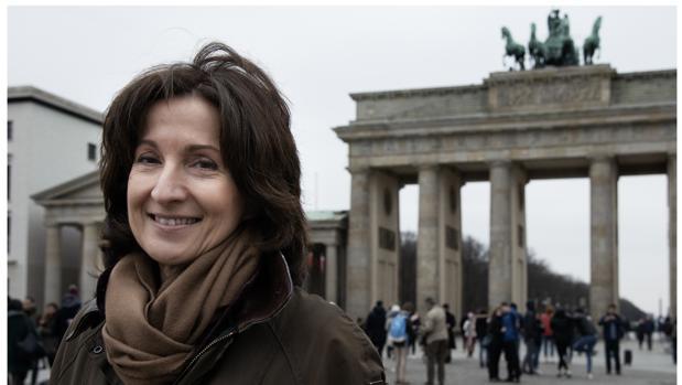 La escritora Paloma Sánchez-Garnica, fotografiada en Berlín, delante de la Puerta de Brandeburgo