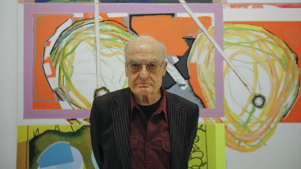 Luis Gordillo junto a una de sus obras
