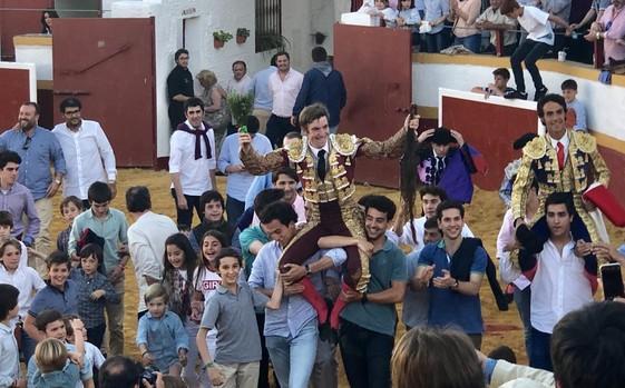 De la Fuente y Ruiz Muñoz rodeados de un grupo de jóvenes aficionados