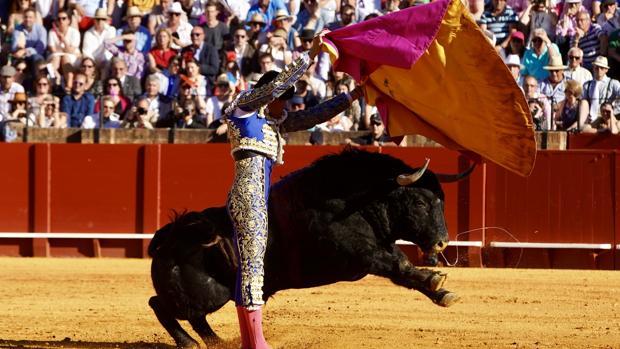 El diestro López Simón, con el capote en su primer toro de la tarde