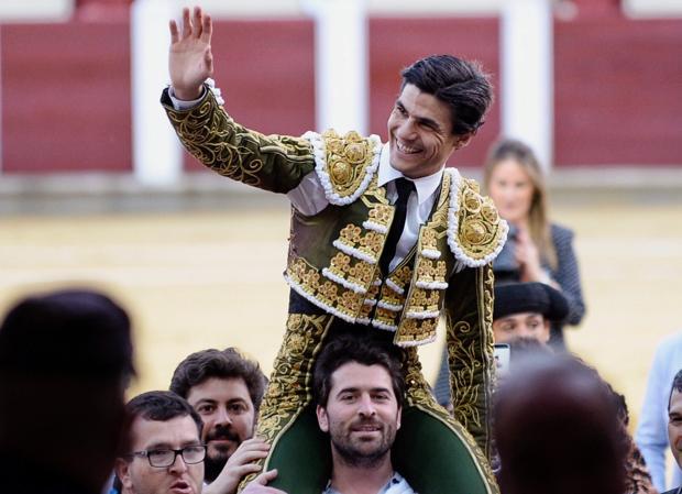 El diestro Pablo Aguado sale a hombros en la corrida de San Pedro Regalado celebrada este domingo en Valladolid