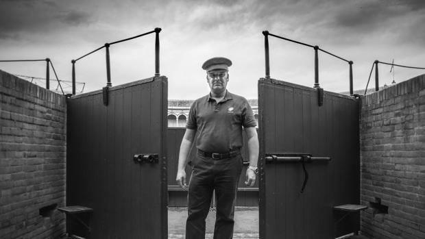 Trabajador de la plaza en una de las puertas que dan al ruedo