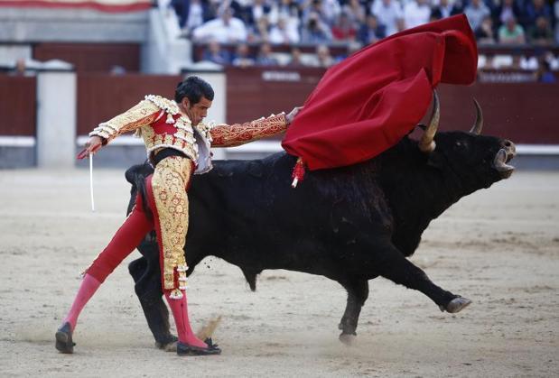 Emilio de Justo, en un pase de pecho al tercer toro de la tarde