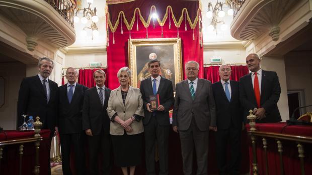 González-Trevijano, con sus acompañantes en la presentación de su libro