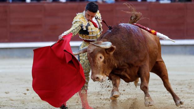 Diego Urdiales, en un derechazo al quinto toro