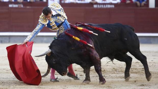 Pepe Moral, en un derechazo al quinto toro