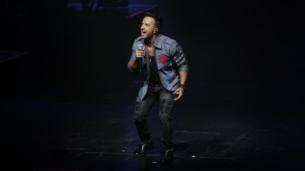 Luis Fonsi durante un concierto