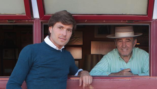 El torero Juan Leal junto al ganadero Ricardo Gallardo