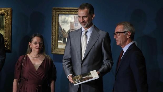 El Rey Felipe VI, junto al ministro de Cultura en funciones, José Guirao (a la derecha), y la vicepresidenta del Real Patronato del Museo Nacional del Prado, Amelia Válcarcel (a la izquierda)
