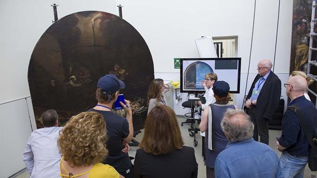 Técnicos del museo holandés visitaron ayer el IAPH para ver los trabajos realizados al lienzo