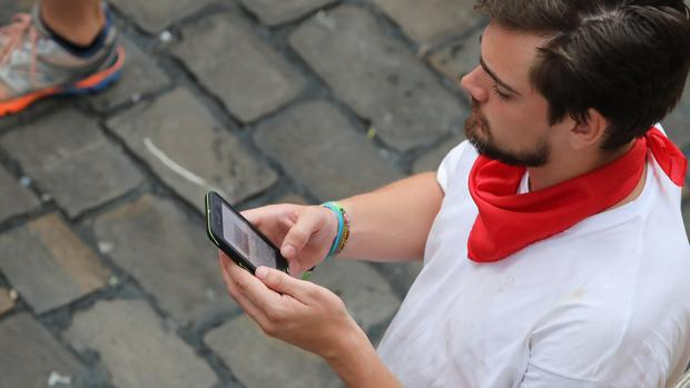 Un mozo mira el móvil en el encierro de Cebada Gago