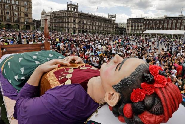 Una multitud visita la impresionante estatua de Frida Kahlo recostada sobre la cama en la muestra «Los Colores de Frida Kahlo» en el Zócalo, la plaza central de Ciudad de México el pasado 6 de julio de 2019