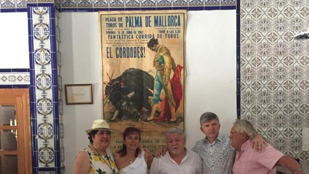 Miembros de la peña, con el presidente en el centro, posan junto a un cartel de toros en Palma