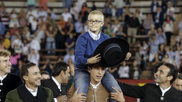 El pequeño Adrián, a hombros en el festival solidario en Valencia