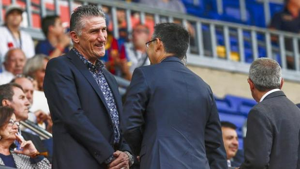 Edgardo Bauza charla con el presidente del Barcelona, Josep Maria Bartomeu, durante el trofeo Joan Gamper