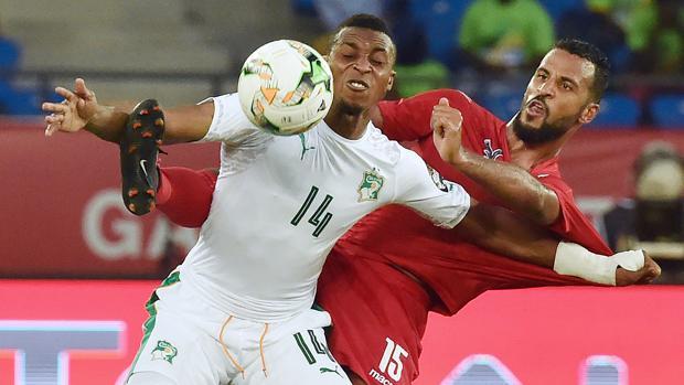 Jonathan Kodjia, izquierda, y el togolés Alaixys Romao pugnan por la pelota