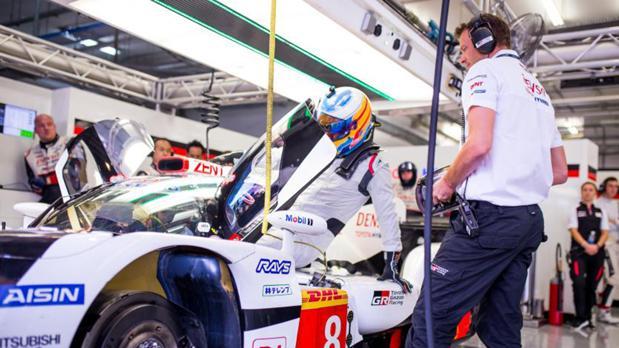 Fernando Alonso con el Toyota híbrido con el que participará en Spa y en Le Mans