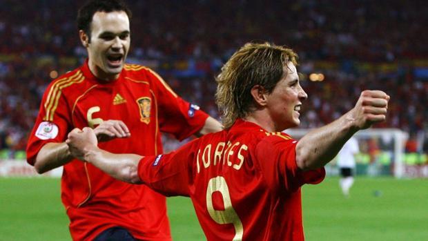 Fernando Torres celebra junto con Iniesta el gol en la final de la Eurocopa
