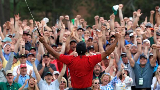 Tiger Woods festeja su triunfo en Augusta