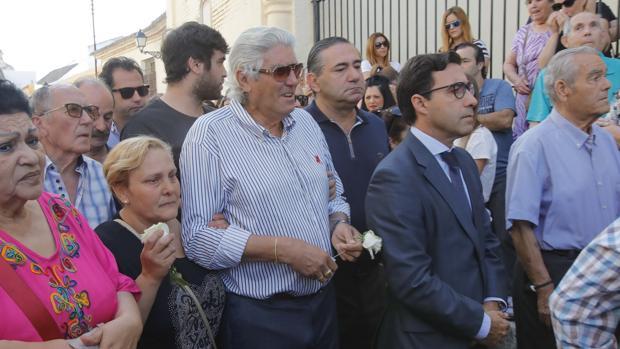 El padre de José Antonio Reyes, arropado por el abogado de la familia en el funeral en Utrera