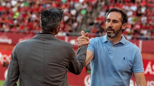 Vicente Moreno saluda a Martí en el partido por el ascenso a Primera división