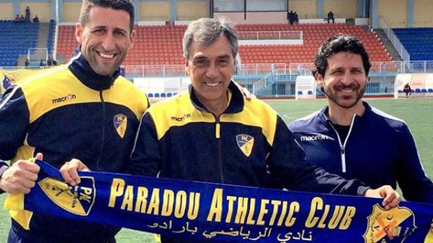 En el centro de la imagen el entrenador Josep María Nogués con la bufanda del club en el que estuvo dos años, el Paradou