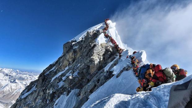 El atasco en la cima del Everest el pasado mes de mayi