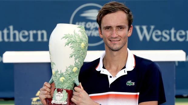 Daniil Medvedev con el trofeo que le acredita como campeón de Cincinnati