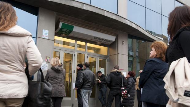 Personas a las puertas de una oficina de empleo en Sevilla