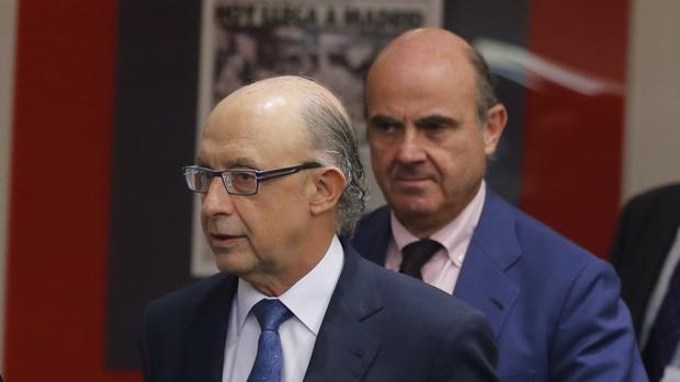 El ministro de Hacienda, Cristóbal Montoro, junto al de Economía, Luis de Guindos