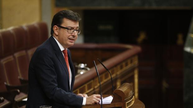 Román Escolano, ministro de Economía, durante su intervención en el Congreso el pasado 11 de abril