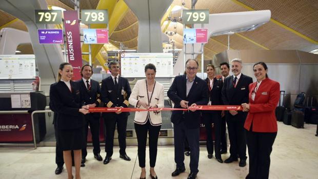 El presidente de Iberia, Luis Gallego (cortando la cinta), en la inauguración en el Aeropuerto Adolfo Suárez-Barajas de sus vuelos a San Francisco