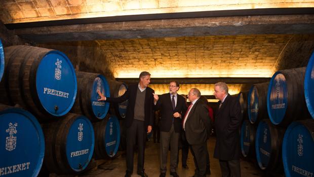 El presidente del Gobierno, Mariano Rajoy, en las bodegas de Freixenet
