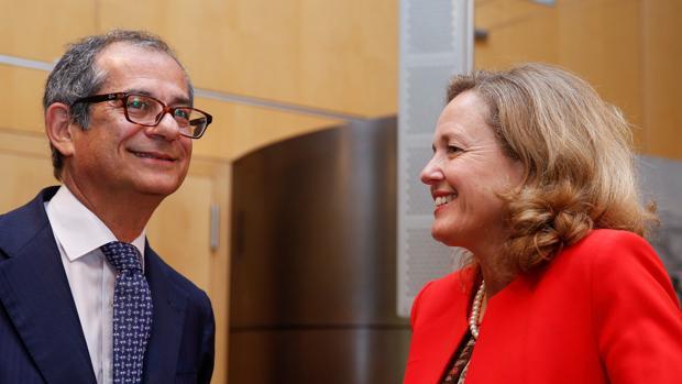 La ministra de Economía, Nadia Calviño, junto conversa con el ministro de Finanzas italiano, Giovanni Tria