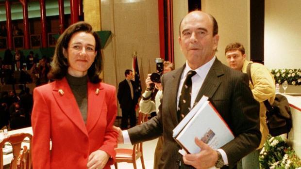El presidente del Banco Santander, Emilio Botín, junto a su hija Ana Patricia, tras finalizar la junta general de accionistas del banco en el año 1999