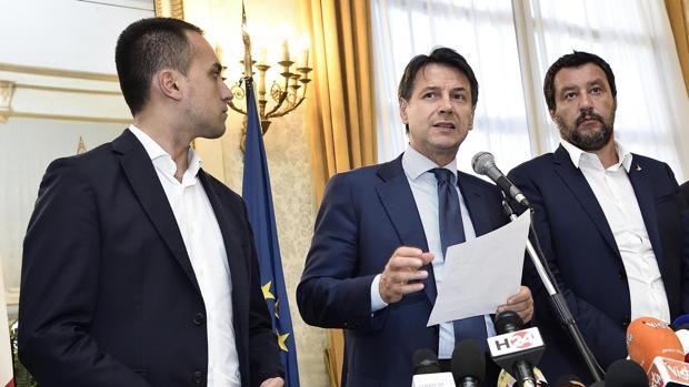 (De izq. a dcha.) El vicepresidente del Gobierno italiano, Luigi Di Maio, el primer ministro italiano, Giuseppe Conte, y el ministro italiano de Interior, Matteo Salvini en una rueda de prensa en Génova el pasado agosto