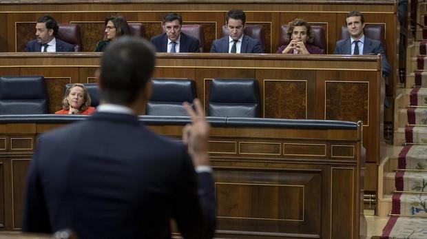 El presidente del Gobierno, Pedro Sánchez, ante el líder de la oposición, Pablo Casado