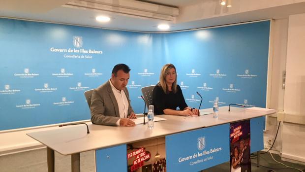 La consejera de Salud, la socialista Patricia Gómez, y el director general de Consumo, Francesc Dalmau