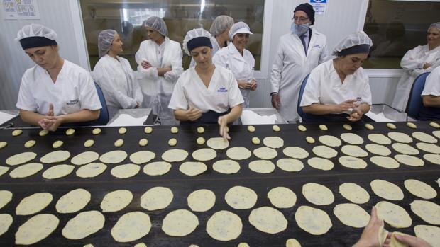 Trabajadores de Inés Rosales durante el proceso de moldeado de la torta de aceite