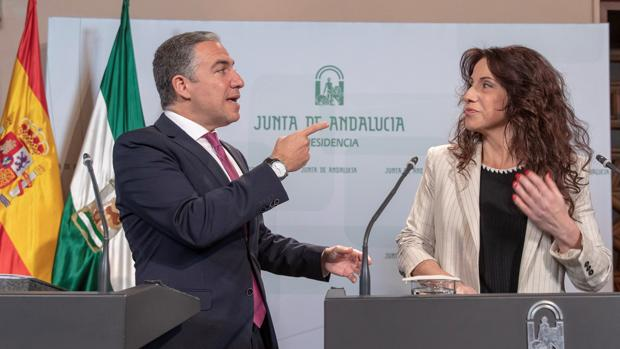 Elías Bendodo, a la izquierda, portavoz del Gobierno andaluz y Rocío Ruiz, consejera de Igualdad de la Junta