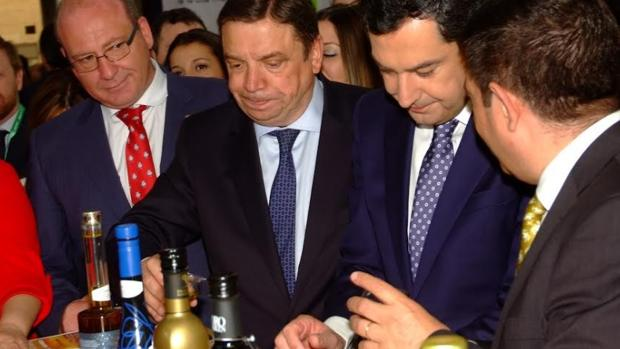 En la imagen, el ministro de Agricultura, Luis Plazas, y el presidente de la Junta, Juanma Moreno Bonilla, este miércoles en la inauguración de Expoliva en Jaén