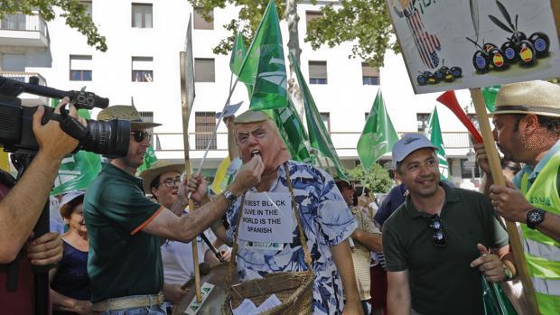 Protesta en Sevilla de productores andaluces contra los aranceles de la administración Trump