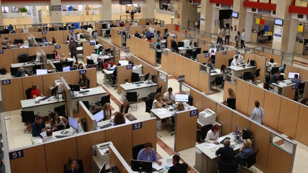 Funcionarios atendiendo en una oficina madrileña de la Agencia Tributaria