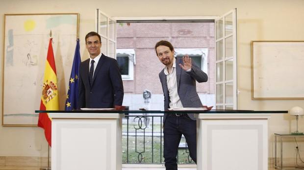 El presidente del Gobierno, Pedro Sánchez, tras firmar un pacto preuspuestario con el líder de Podemos, Pablo Iglesias