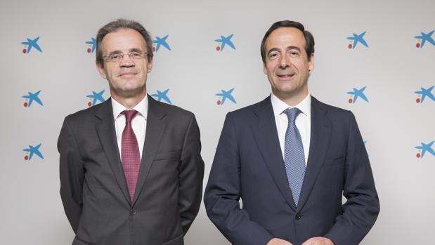 Jordi Gual (izda) y Gonzalo Gortázar, presidente y consejero delegado de Caixabank, respectivamente