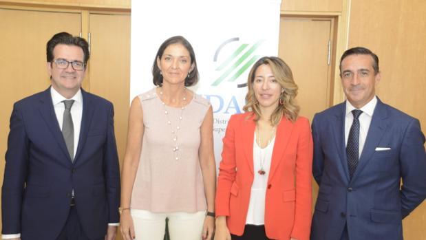 La ministra en funciones de Industria junto a los representantes de Asedas