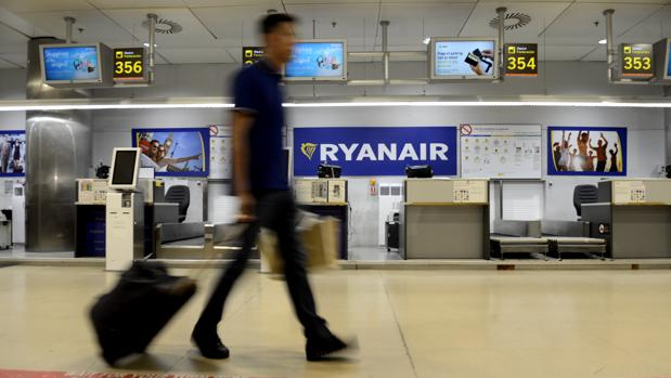 Un pasajero durante la huelga de Ryanair del pasado verano