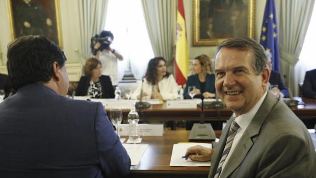 El presidente de la FEMP y alcalde de Vigo, Abel Caballero, con la ministra de Hacienda, María Jesús Montero de fondo